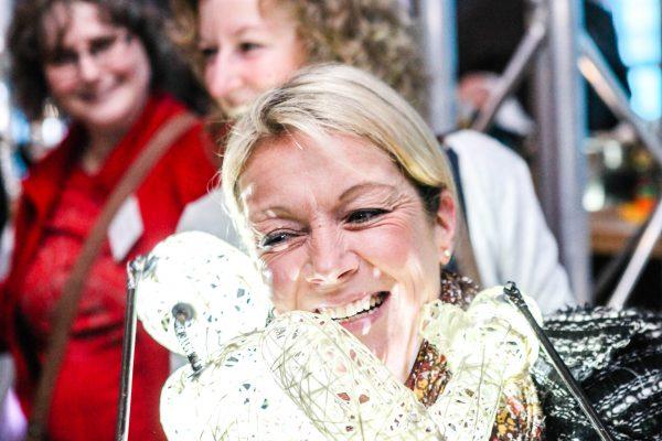 Frau umarmt Dodo-Puppe