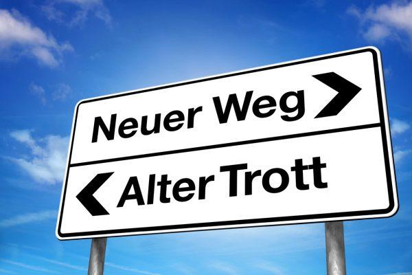 Richtungsschild Neuer Weg / alter Trott